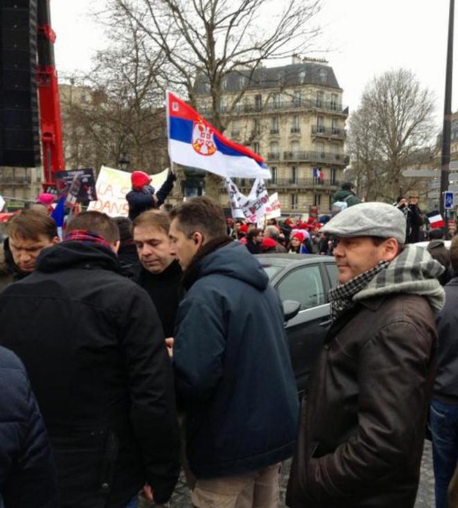 Axel Loustau, à droite de Grégoire Boucher, organisateur avec l'oreillette, lors du «Jour de colère» à Paris le 26 janvier 2014.