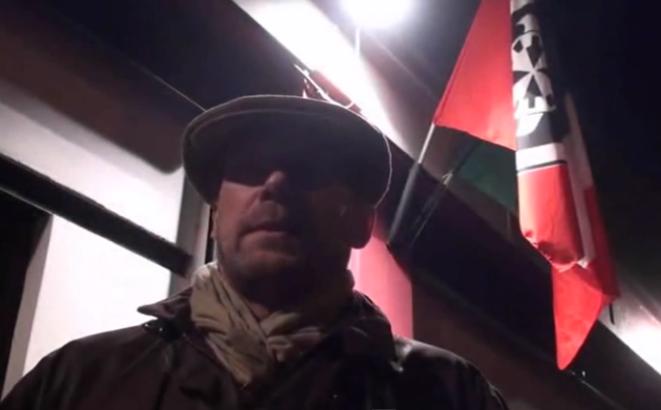 Alain Soral lors de sa visite à Casapound, en novembre 2011, filmé par E&R. Derrière lui, le drapeau de la tortue. © Capture d'écran de la vidéo d'Égalité et réconciliation.