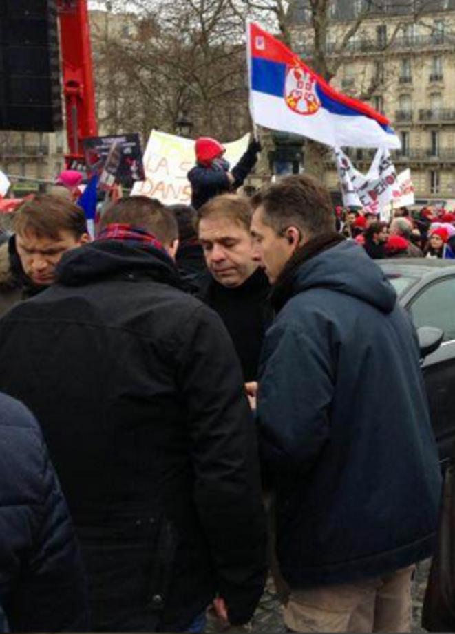 A. Loustau dans la manifestation d'extrême droite radicale «Jour de colère» le 26 janvier 2014 à côté d'un organisateur. © M.T. / Mediapart