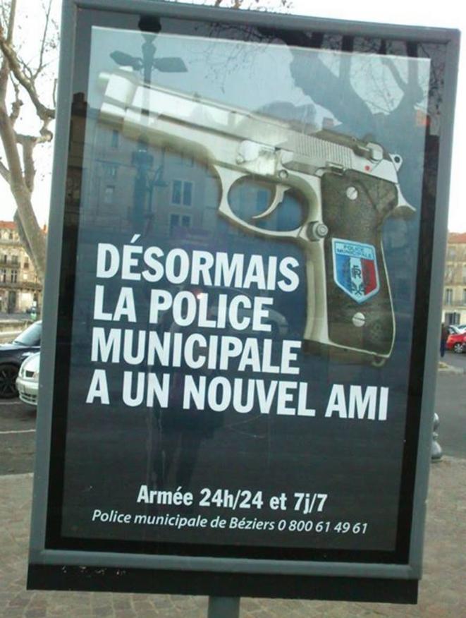 La campagne d'affichage lancée le 1er février 2015 annonce que la police municipale patrouille désormais armée. © Facebook / L'humour de droite