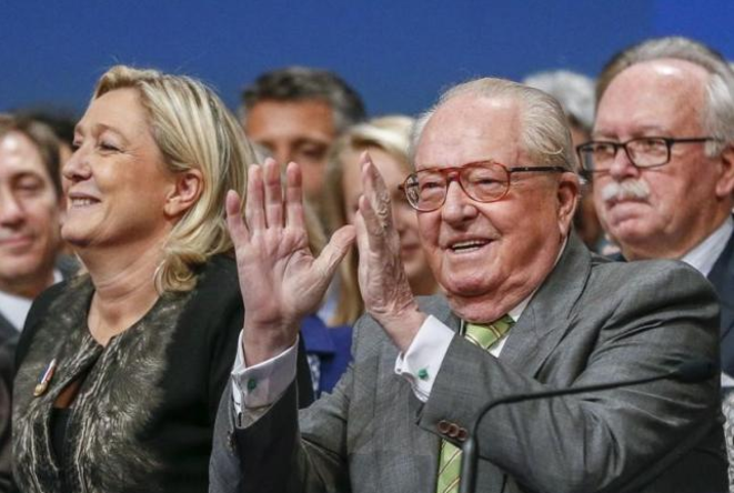 Jean-Marie et Marine Le Pen lors du congrès du FN, à Lyon, le 30 novembre 2014.