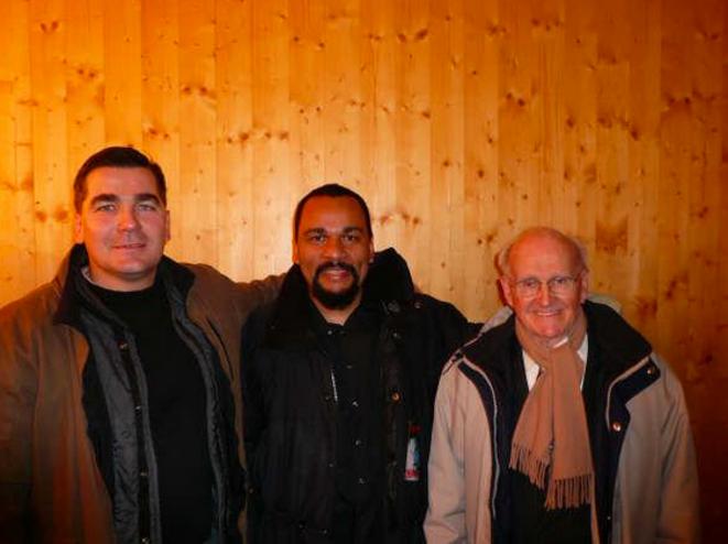 Frédéric Chatillon avec Dieudonné et le négationniste Robert Faurisson, en 2009, au théâtre de la Main d'or, à Paris. © Reflexes