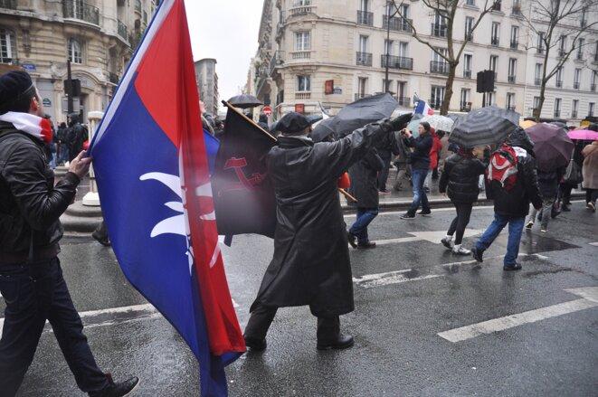 Dans la foule, dimanche, un manifestant faisant un salut nazi. © Nicolas Serve