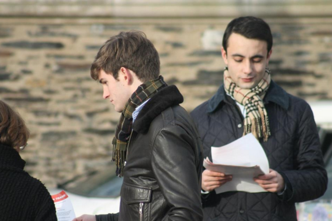 Edouard Klein tractant avec le FNJ à Angers, en décembre 2012. © Photo publiée sur le site du Front national de la Jeunesse (FNJ).
