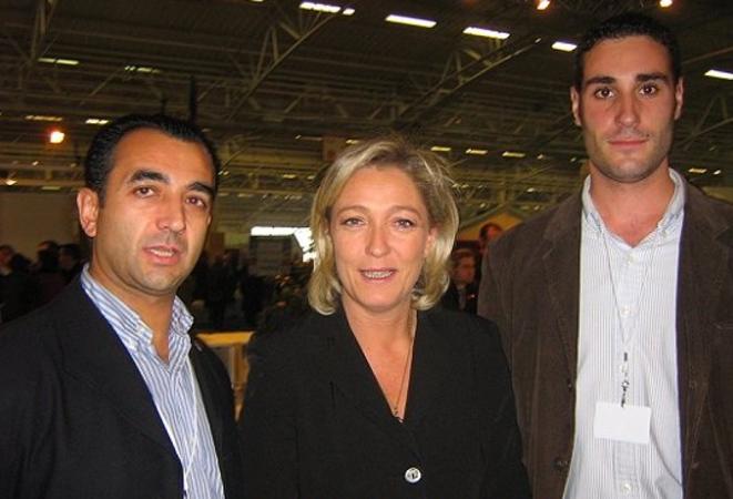 Marine Le Pen en 2006 avec des membres de la Falange, dont son dirigeant, Manuel Andrino (à gauche). © la-flamme.fr