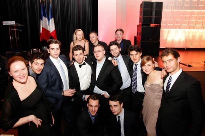 Marion Maréchal-Le Pen (en haut à gauche) pose avec des jeunes du parti au gala des 40 ans du FN, le 11 décembre 2011, à Paris. © Reflexes