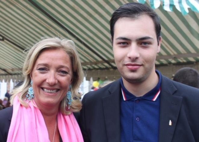 Gauthier Bouchet posant avec Marine Le Pen. © dr