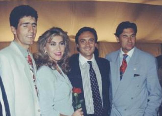 Roch Tabarot (2e en partant de la droite) avec l'ex-cycliste Miguel Indurain et la vedette télé espagnole Norma Duval, en 1991.