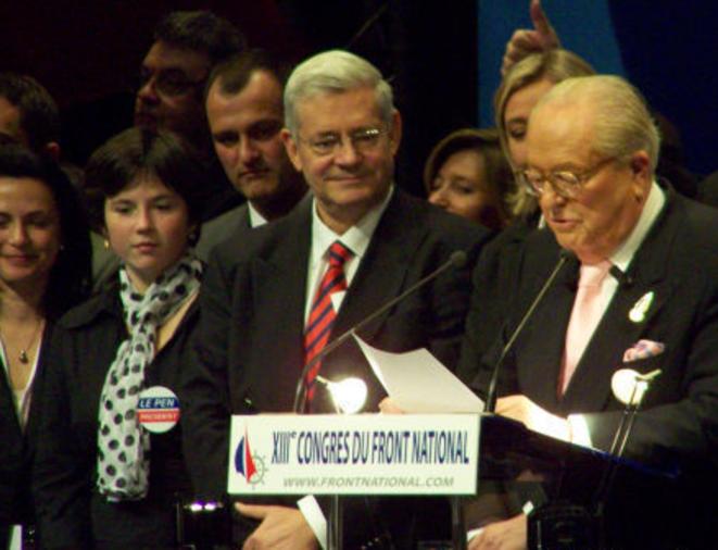 Laura Lussaud sur l'estrade du congrès du FN en 2007 à Bordeaux, avec Louis Aliot, Bruno Gollnisch, Marine et Jean-Marie Le Pen  © dr