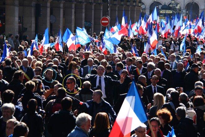 Axel Loustau (cercle bleu) et Daniel Mack (cercle jaune) assurent la sécurité du défilé du 1er Mai du FN, en 2012.