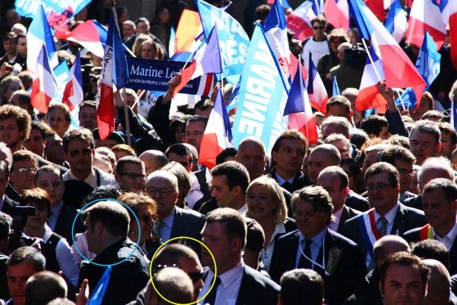 Muni d'une oreillette, Axel Loustau (cercle bleu) se situe devant les Le Pen, tout comme Daniel Mack (cercle jaune).