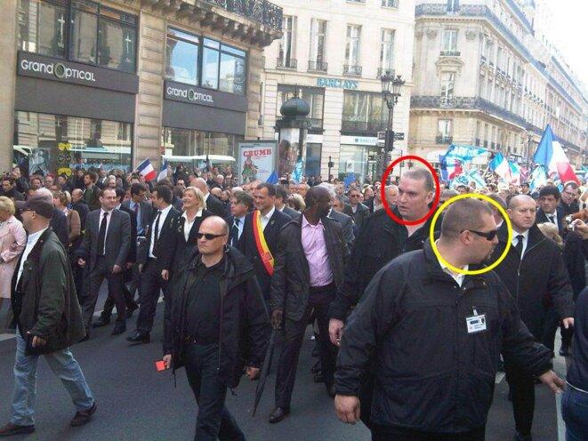 Olivier Vivien (cercle rouge) et Daniel Mack (cercle jaune) assurent la sécurité du défilé du 1er-Mai du FN, en 2012. © Reflexes