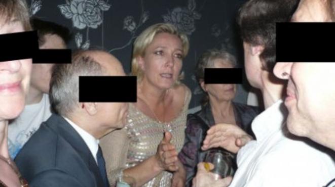 """Marine Le Pen au """"Local"""" d'Ayoub, lors de la première """"100 % French Pride"""" organisée par le site Fdesouche.com, en juin 2008."""