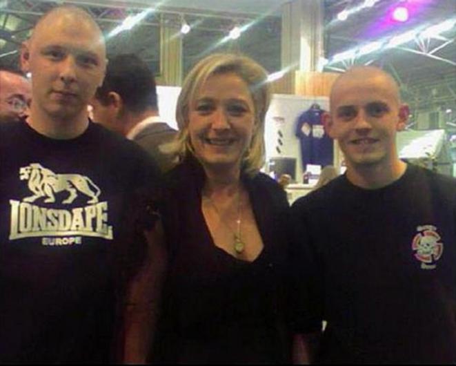 Marine Le Pen posant avec deux néonazis lyonnais, Grégoire (à gauche) et Anthony (à droite). © dr