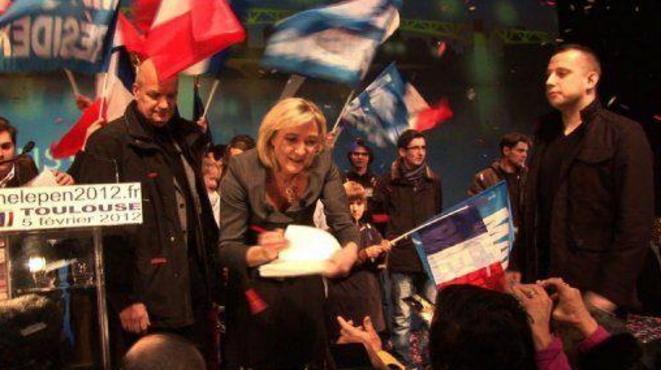 Mathieu Spieser (debout à droite) lors du meeting de Marine Le Pen à Toulouse, le 5 février 2012.