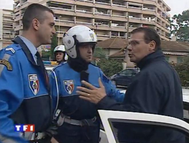 À droite, avec des lunettes, le bras droit de l'époque du directeur de la police municipale, dans un reportage de TF1 en 2002.