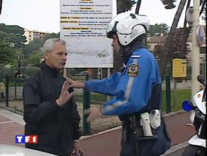À gauche, en noir, un autre membre de la police municipale à l'époque, dans le même reportage.