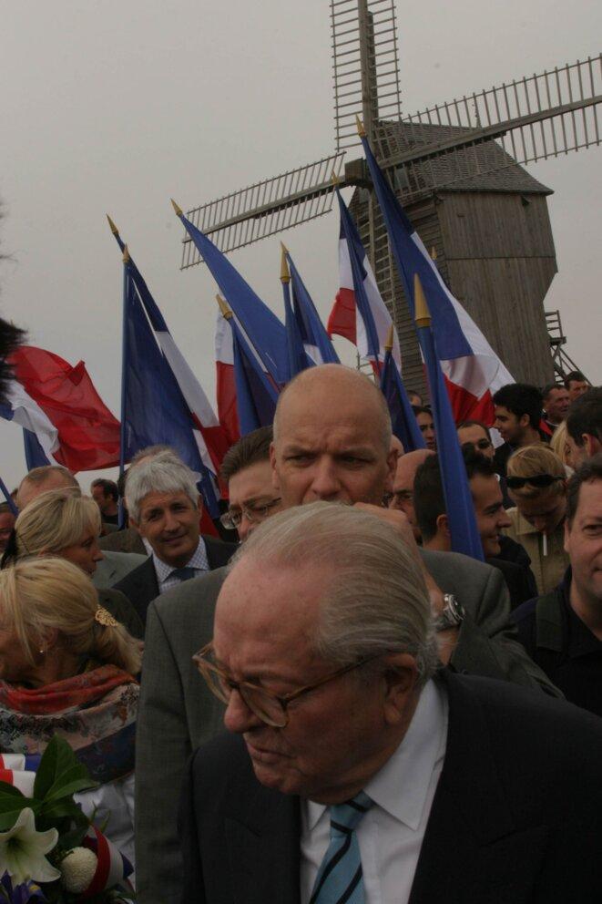 Philippe Péninque (cheveux blancs) avec Marine et Jean-Marie Le Pen, le 20 septembre 2006 à Valmy.