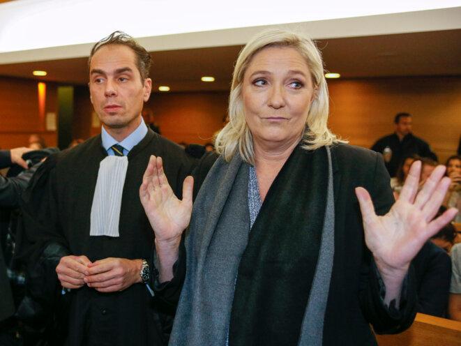 Marine Le Pen avec son avocat lors de sa comparution à Lyon le 20 octobre 2015, pour ses propos sur les prières de rue. © Reuters