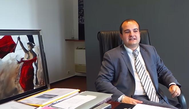 David Rachline dans son bureau à la mairie de Fréjus. © Capture d'une vidéo.