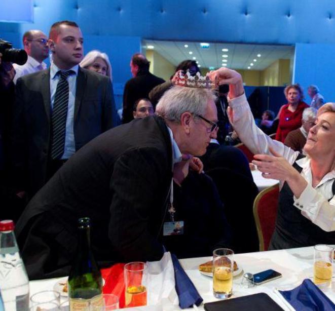 Mathieu Spieser assurant la sécurité de Marine Le Pen, muni d'une oreillette. © Fafwatch