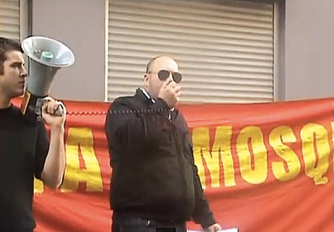 Philippe Vardon protestant contre un projet de grande mosquée à Nice, en novembre 2009 © Vidéo Nissa Rebela