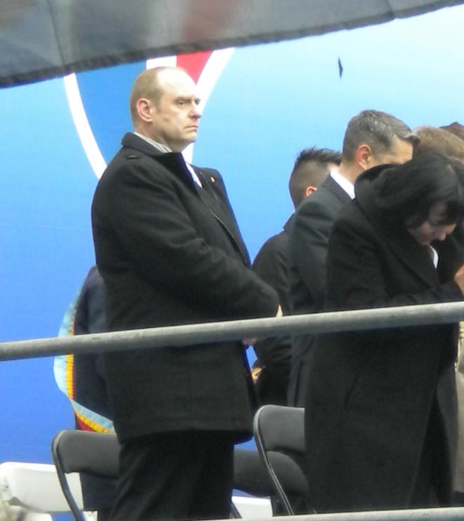 Vincent Gérard présent comme secrétaire départemental sur l'estrade officielle du FN lors du défilé du 1er-Mai, en 2013. © Reflexes