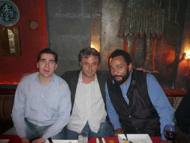 Frédéric Chatillon avec Manaf Tlass et Dieudonné en 2008.