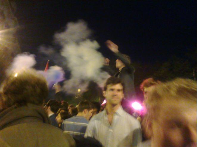 Des manifestants devant le barrage de CRS, le 17 avril.