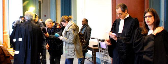 Dans le couloir, les avocats refont le procès devant les journalistes. © RS