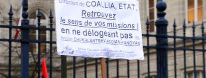 Une pancarte lors d'une manifestation de l'association RESF devant le tribunal d'Amiens. © Rémi Sanchez