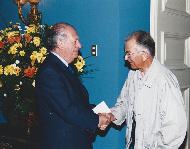 Pierre reçoit la nationalité chilienne des mains du Président de la République, Ricardo Lagos  © MT Martin