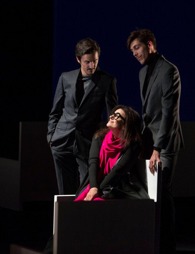 Françoise Bettencourt-Meyers (Christine Gagnieux), flanquée de ses fils Nicolas (Dimitri Mager) et Jean-Victor (Pierre Pietri)