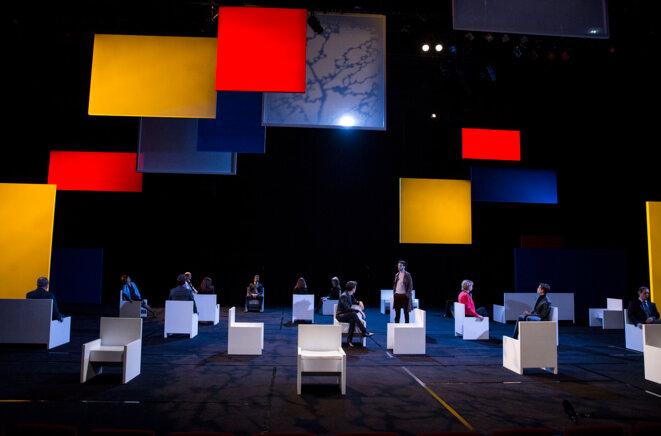 Debout parmi les assis, les mains dans les poches: Clément Carabédian dans le rôle du chroniqueur © Michel Cavalca