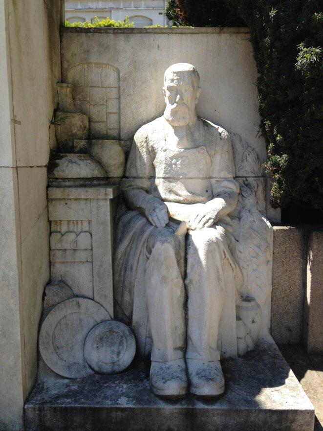 Ouvrier porcelainier du monument aux morts de 1914-1918, place Jourdan, à Limoges.
