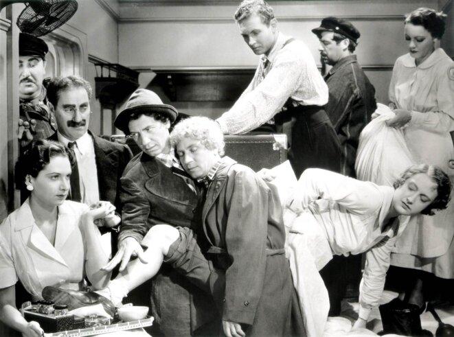 """Le trop plein de la fameuse cabine d'""""Une nuit à l'opéra"""" des frères Marx (1935)"""