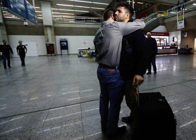 Glenn Greenwald accueille David Miranda à son arrivée au Brésil