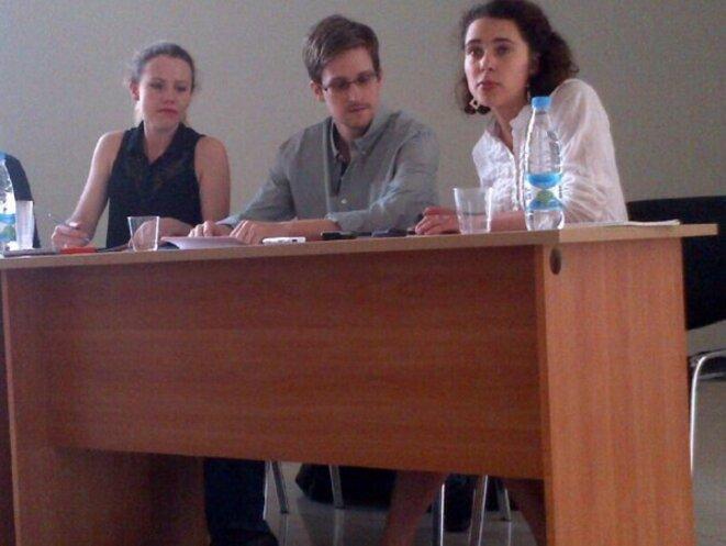 Edward Snowden, au centre, et Sarah Harrison, à gauche, lors d'une conférence de presse, à Moscou le 12/07/2013