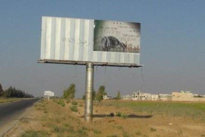 Publicité pour la radio posée clandestinement pendant la nuit le long de l'autoroute