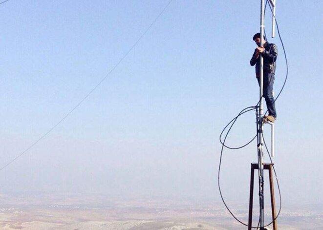 Installation d'un émetteur FM et d'une antenne en Syrie