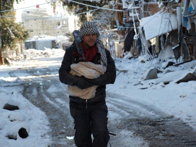 10/01/2013 - Darraya, un membre de l'armée libre syrienne transportant du pain © Kinan Al Darrani, Shaam News Network
