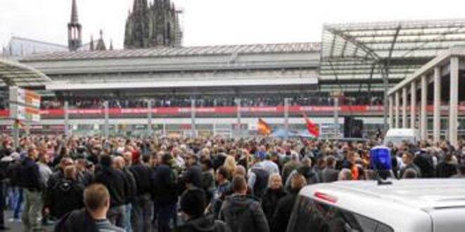 """Manifestation des """"HoGeSa"""" à Cologne."""