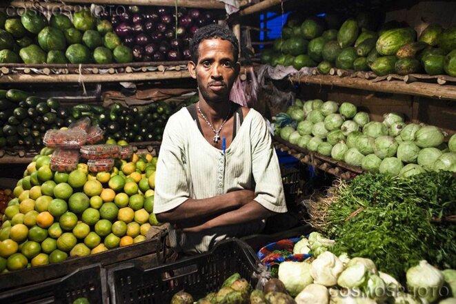Au marché d'Addis-Abeba. Un marchand de primeurs dont l'activité est aujourd'hui menacée. © Alfredo Bini/Cosmos