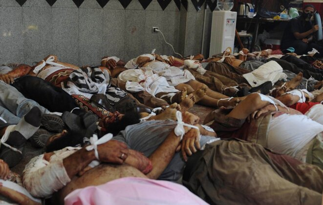 Les corps de membres des Frères musulmans et de partisans de Morsi allongés à la mosquée Rabiya Al-Adawiyya, le 14 août 2013