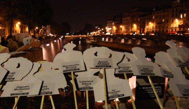 Des silhouettes en bois symbolisant les morts de la manifestation de 1961
