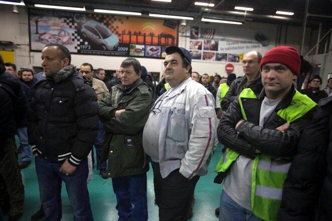 Les grévistes écoutent leurs délégués © Thomas Haley