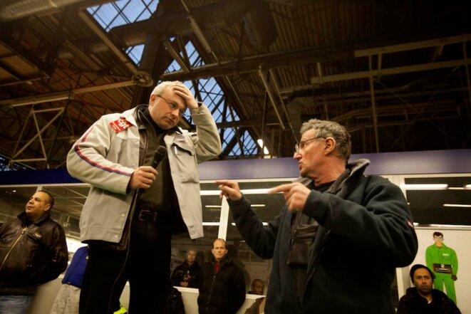 Jean-Pierre Mercier (main sur la tête) et Philippe Julien, délégués CGT © Thomas Haley