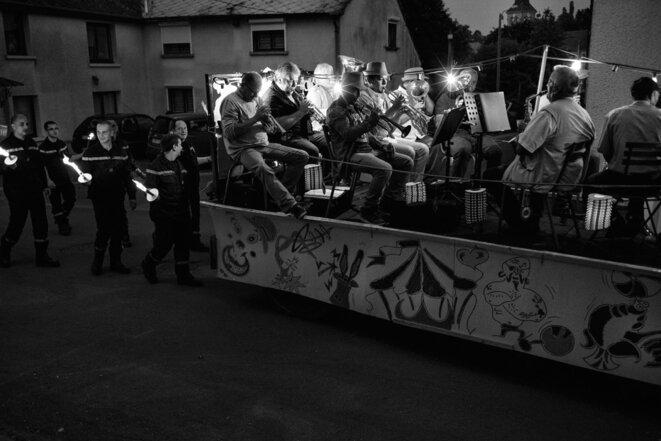 Retraite aux flambeaux avec la fanfare Plaf et les pompiers. © Pablo Baquedano / La France VUE D'ICI