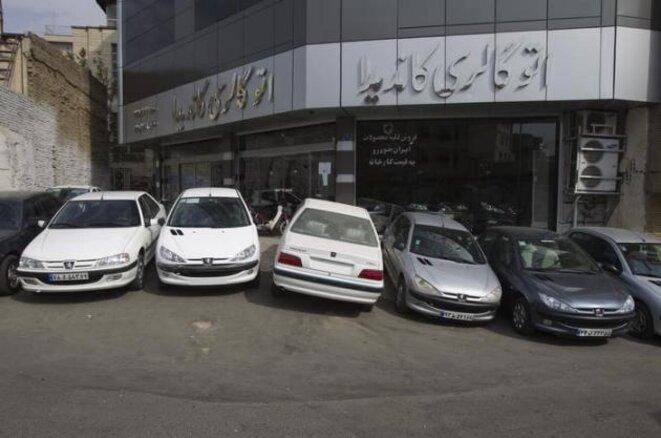 Devant un concessionnaire Peugeot-Citroën à Téhéran © Archives Reuters