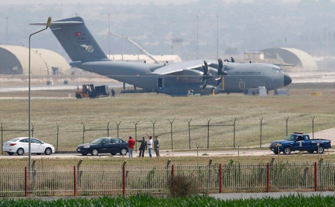 Sur la base d'Incirlik, le 27 juillet 2015. Soldats turques et américains devant un A400M de la Turkish Air Force.